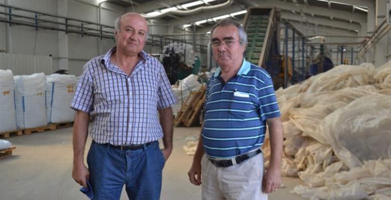 Ağaköy´de eski ambalaj ve boru atıkları yeniden ekonomiye kazandırılıyor.
